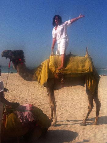 В эмиратах певица покаталась на верблюде