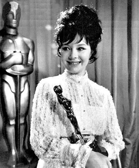 Статуэтку «Оскар», которой удостоился фильм БОНДАРЧУКА, доверили получить именно САВЕЛЬЕВОЙ