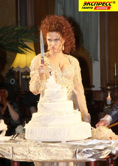 Эвелина БЛЁДАНС не только вышла на подиум в подвенечном платье, но и разрезала свадебный торт.