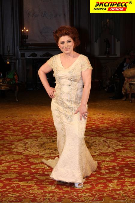 Роза СЯБИТОВА тоже примерила свадебное платье.