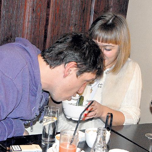 Девушка трогательно накормила Диму тайским супчиком
