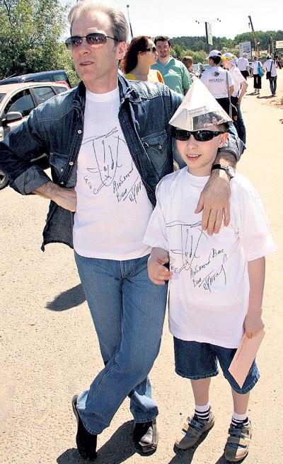 Младший сын телезвезды не прочь составить отцу компанию на светских мероприятиях