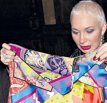 Посыльный принёс подарок от Андрея МАЛАХОВА - красочный  шёлковый платок