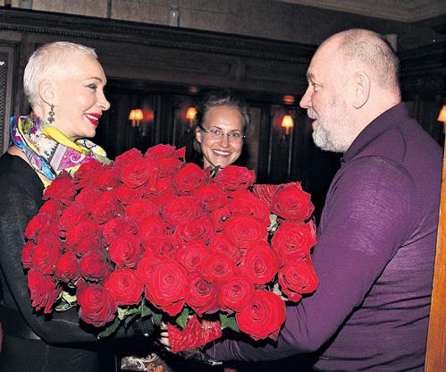 Анна БЕГУНОВА с гражданским мужем Александром КАРЕВЫМ завалили именинницу красными розами