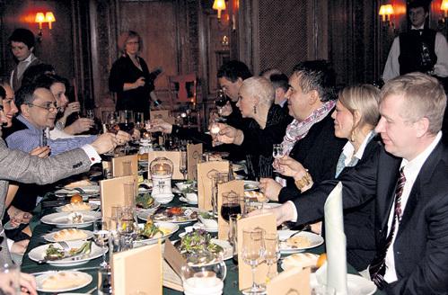 Гостей потчевали изысканными блюдами - копчённой с дымкой стерлядью на овощном жюльене и соусом из рейнского вина, корейкой ягненка и прочими яствами