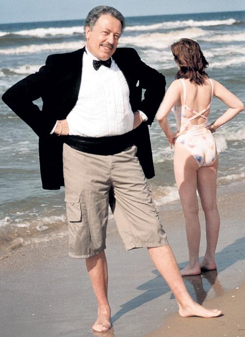 Даже во время пляжного отдыха, надев шорты, народный артист России не спешит скинуть фирменные фрак и бабочку