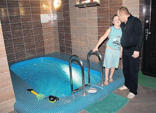 На цокольном этаже у артиста финская баня с маленьким бассейном (на фото с сыном Кристюшей)