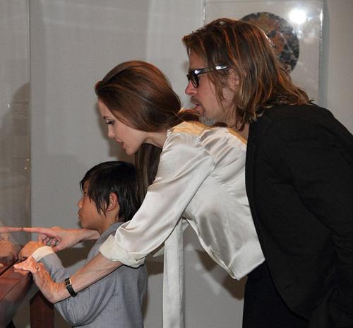 На пальчике актрисы папарацци на днях заметили колечко с огромным бриллиантом.