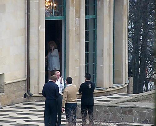 Алла ПУГАЧЕВА встречала гостей на пороге замка в кокетливом коротком платьице.