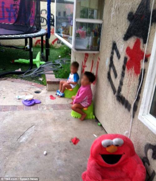 Дети ходят в туалет в горшки на заднем дворе