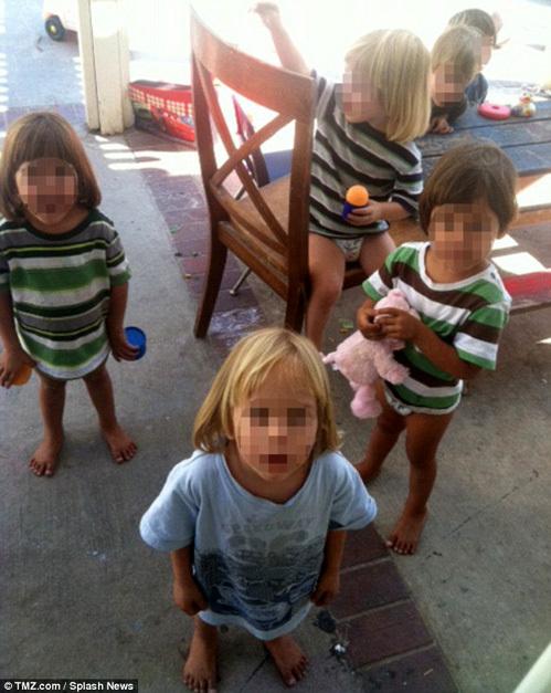 Дети ходят в трусиках и в футболках