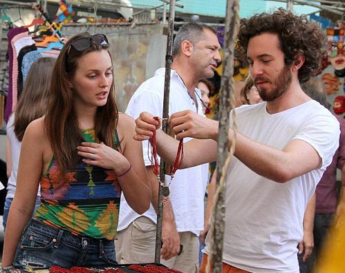 Как об этом, дорогая?  Аарон поднял красный вышитый бисером ожерелье Лейтон просматривать на хиппи ярмарке в Ipanema.