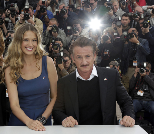 Шон ПЕНН и Петра НЕМКОВА перестали скрывать свою любовь и появились вместе на красной дорожке Каннского кинофестиваля.