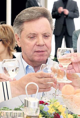 Сейчас Борис ГРОМОВ работает сенатором и обладает неприкосновенностью. Фото: PhotoXPress)
