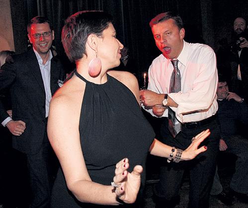 …хотя ПАРФЁНОВ может себе позволить зажечь с аппетитными дамочками на танцполе