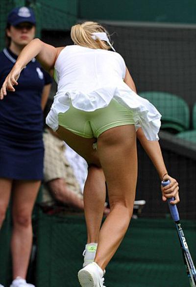 на теннис корте без трусиков