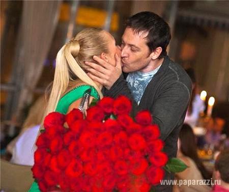 Пока Саша САВЕЛЬЕВА гастролирует, Кирилл САФОНОВ развлекается с её лучшей подругой (фото paparazzi.ru)