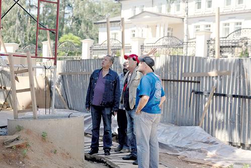 Григорий лично инспектирует стройку, критикуя бригаду за неаккуратность