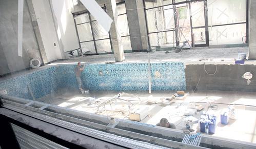 Первым делом строители готовят зону отдыха - выстилают плиткой огромный бассейн