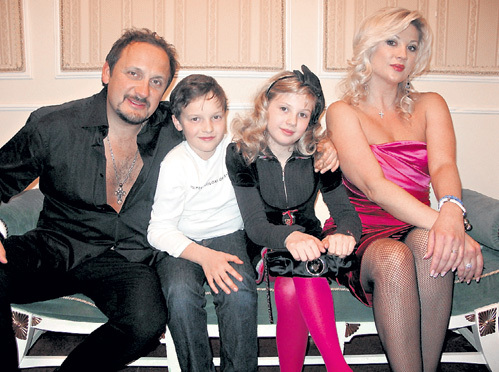 На фото «для прессы» семейство МИХАЙЛОВЫХ выглядит идиллически: Стас, его сын от первого брака Никита, падчерица Ева и нынешняя супруга Инна