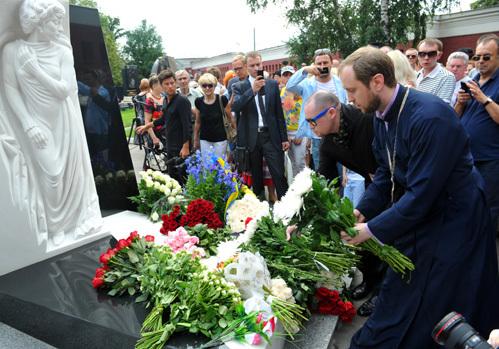 игумен Свято-Георгиевского мужского монастыря в Гётшендорфе Даннил Ирбитс (слева) и певец Шура
