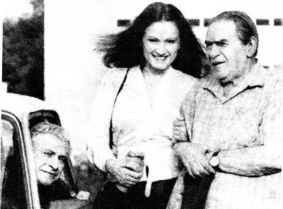 В Одессе Леонид УТЁСОВ (справа) пришёл посмотреть на съёмки фильма. Рядом - София РОТАРУ и Ролан БЫКОВ