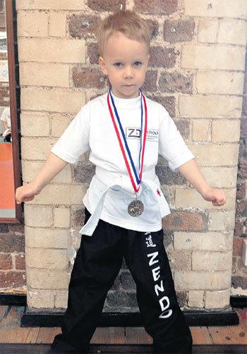 Старший сын Мирон получил свою первую медаль по кикбоксингу