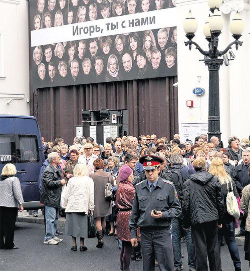 Поверх фотографий всей труппы родного театра покойного повесили трогательную надпись