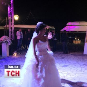 Для свадьбы невеста выбрала красивое белое платье (фото телеканала ТСН).