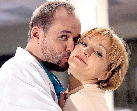 С женщинами-коллегами у героя АВЕРИНА всё схвачено (на фото с актрисой Анной ЯКУНИНОЙ)