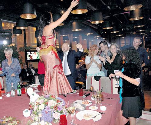 Сюрпризом для ДЭНС стали танцы на столах в её честь. Но сама она к пляскам присоединиться не рискнула