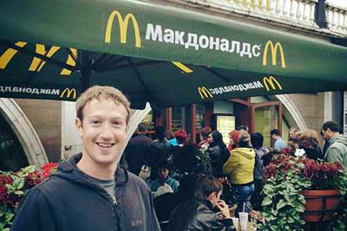 Первым делом ЦУКЕРБЕРГ запостил своё фото на фоне московского