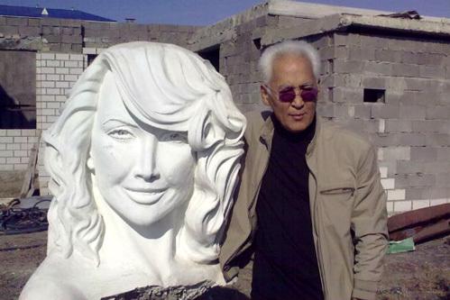 Скульптор из Экибастуза Гамал Сагиденов заканчивает работу над своим новым творением  (фото =Комсомольская правда)