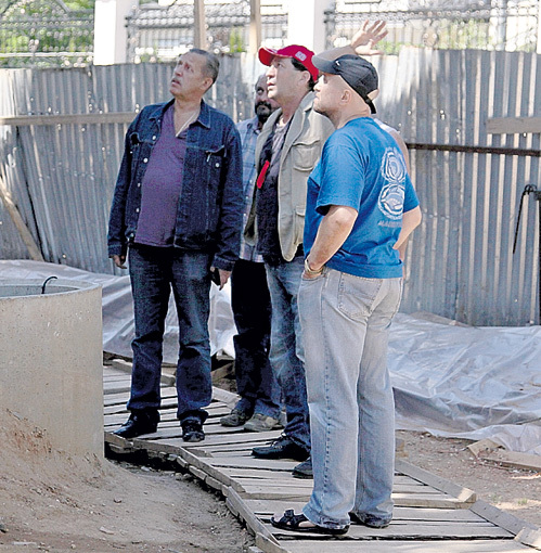 Григорий инспектирует стройку с Александром НИКИТИНЫМ (слева)