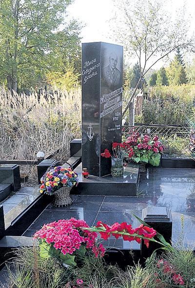 На кладбище к папе дочь ездит несколько раз в год