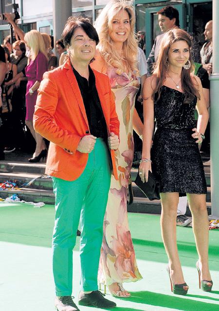 Модельер старается не посвящать посторонних в свои семейные тайны (на фото с дочерью Галиной и женой Мариной)