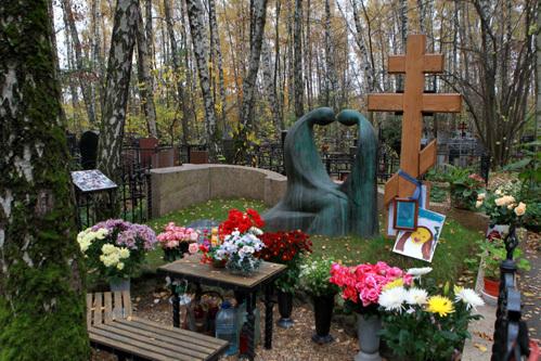 На могиле погибших жены и дочки Михаила КРАВЧЕНКО - всегда живые цветы и детские рисунки. Фото Руслана ВОРОНОГО