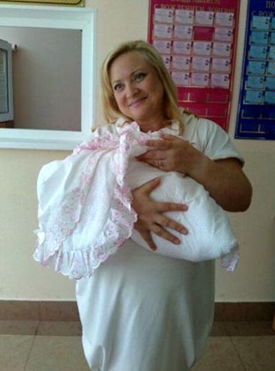 Светлана ПЕРМЯКОВА с дочкой (фото из Твиттера Ивана ОХЛОБЫСТИНА)