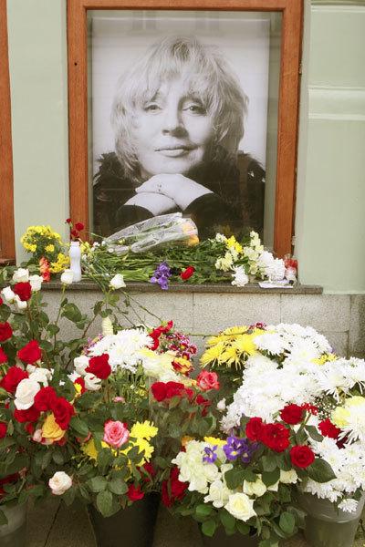 Прах Марины ГОЛУБ погребли сегодня на Троекуровском кладбище Москвы (фото Руслана ВОРОНОГО)