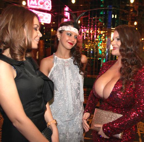 Женщина с большой грудью в камеди, порно на вебку семья пожилые