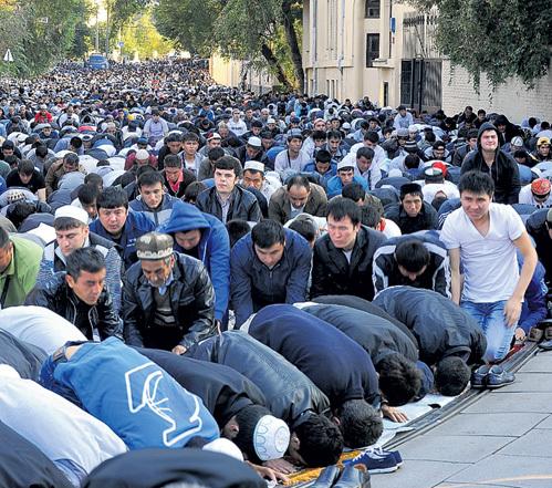 Жителям Москвы и Питера доступ на улицы, прилегающие к мечетям, в дни исламских праздников оказывается перекрыт. Фото Марины ВОЛОСЕВИЧ/«Комсомольская правда»