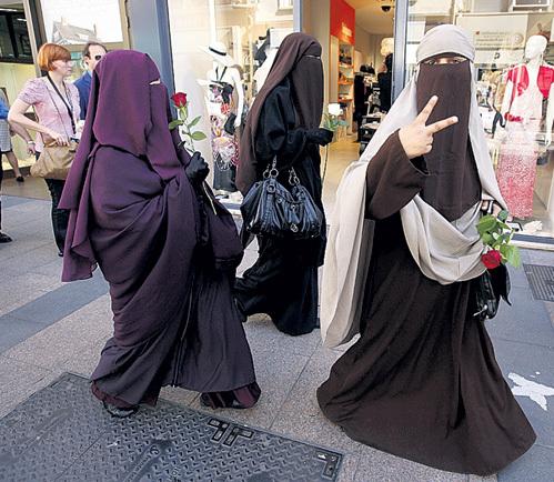 В Европе женщины в чадре чувствуют себя как дома, поэтому не считают нужным менять свой образ жизни