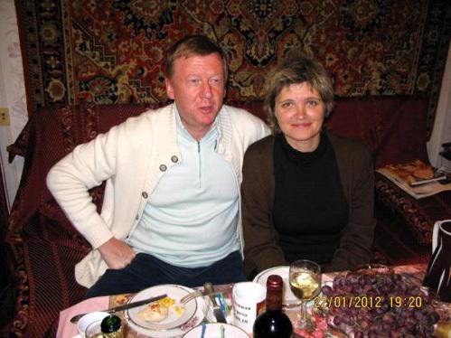 Снимок Анатолия Чубайса и Дуни Смирновой на фоне ковра