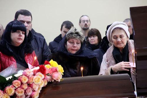 Дочь покойного Алена (слева), вдова Ирина (в платке)