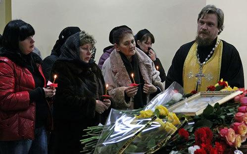 Дочь покойного Алена (слева), вдова Ирина (в платке) и священник Виктор ЛЮСИН
