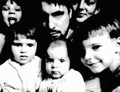Актёр с супругой в окружении детей. Фото: facebook.com