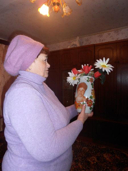 Светлана Григорьевна очень дорожит подарком покойного супруга, с которым прожила в любви и согласии 40 лет, — фарфоровой вазой с её фотографией, подаренной на 45-летие