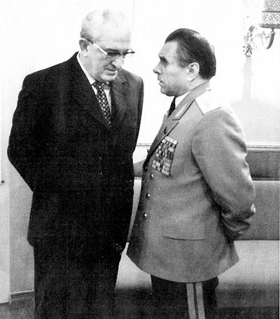 Главы конкурирующих ведомств - КГБ и МВД - Юрий АНДРОПОВ и Николай ЩЕЛОКОВ удостоились звания генерала армии в один день - 10 сентября 1976 г.