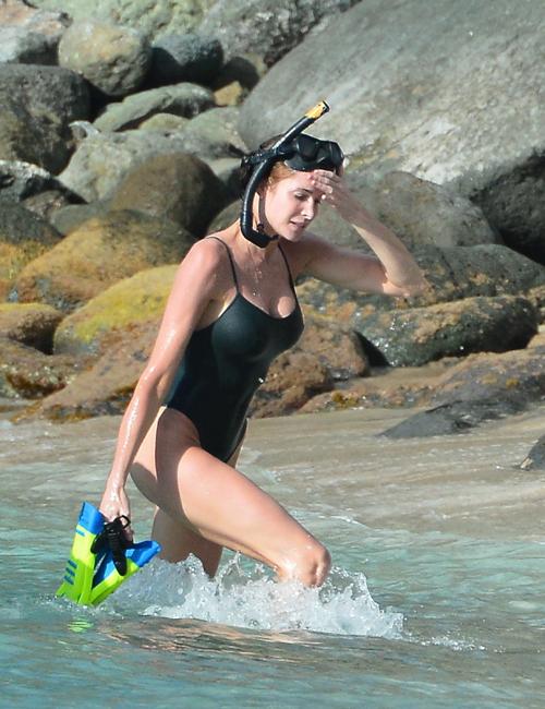 Девушка доминирует на пляже фото 59-329