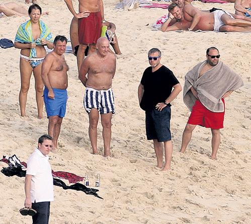 Кошелёк «Семьи» - Роман АБРАМОВИЧ на карибском пляже с Татьяной ДЬЯЧЕНКО, Валентином ЮМАШЕВЫМ, Владимиром ПОЗНЕРОМ и Евгением ШВИДЛЕРОМ